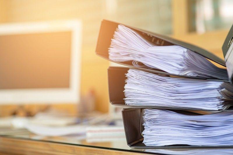 Poukładan na biurku foldery z dokumentami