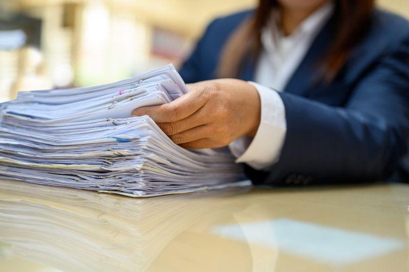 Kobieta segregująca pliki dokumentów