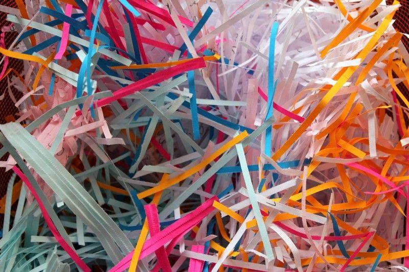 Pocięte przez niszczarkę kolorowe paski papieru